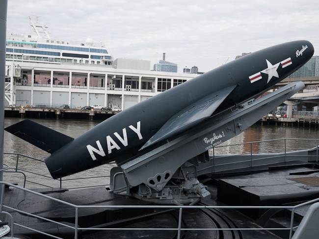 USS Growler и макет на ядрена ракета